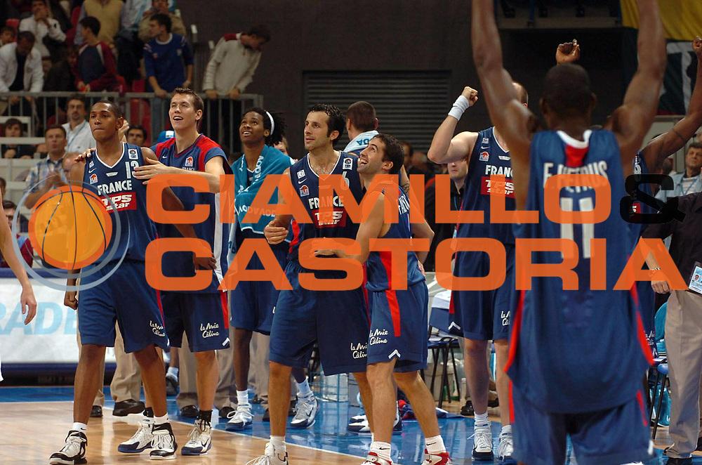 DESCRIZIONE : Belgrado Belgrade Eurobasket Men 2005 Francia-Lituania<br /> GIOCATORE : Rigaudeau Diaw Fauthoux<br /> SQUADRA : Francia France<br /> EVENTO : Eurobasket Men 2005 Campionati Europei Uomini 2005<br /> GARA : Francia Lituania France Lithuania<br /> DATA : 22/09/2005<br /> CATEGORIA :<br /> SPORT : Pallacanestro<br /> AUTORE : Ciamillo&amp;Castoria/Fiba Europe Pool