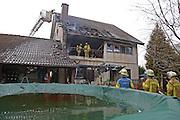 Mannheim. 23.02.17   BILD- ID 037  <br /> Schönau. Brand im Mehrfamilienhaus. Bei dem Brand in einem Vierfamilienhaus am Donnerstagnachmittag auf der Schönau ist ein geschätzter Schaden von rund 300 000 Euro entstanden. Das Feuer war im ersten Obergeschoss ausgebrochen und hatte auf das Dachgeschoss übergegriffen, teilte die Polizei mit. Die Bewohner konnten das Haus im Ludwig-Neischwander-Weg rechtzeitig verlassen. Verletzt wurde bei dem Brand niemand. Die Feuerwehr brachte den Brand unter Kontrolle. Die Brandursache ist noch nicht bekannt.<br /> Bild: Markus Prosswitz 23FEB17 / masterpress (Bild ist honorarpflichtig - No Model Release!)