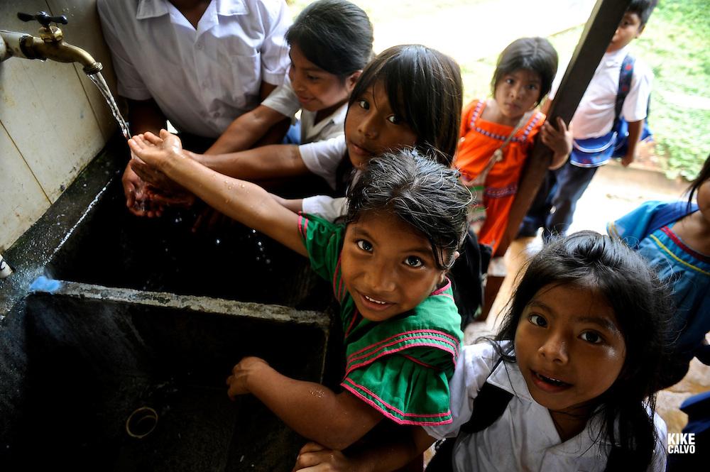 Indigenous Ngo?be Bugle? children drinking water. Chiriqui. Panama.