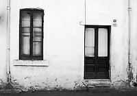 Porta e finestra in legno di casa abbandonata del centro storico di Taviano (LE), Italia