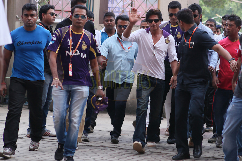 SRK entering the stadium during the first qualifier match (QF1) of the Pepsi Indian Premier League Season 2014 between the Kings XI Punjab and the Kolkata Knight Riders held at the Eden Gardens Cricket Stadium, Kolkata, India on the 28th May  2014<br /> <br /> Photo by Saikat Das / IPL / SPORTZPICS<br /> <br /> <br /> <br /> Image use subject to terms and conditions which can be found here:  http://sportzpics.photoshelter.com/gallery/Pepsi-IPL-Image-terms-and-conditions/G00004VW1IVJ.gB0/C0000TScjhBM6ikg