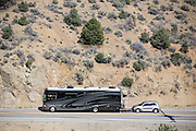 In Austin (Nevada) sleept een motorhome een personenauto achter zich aan.<br /> <br /> In Austin (Nevada) a motorhome is towing a passenger car.