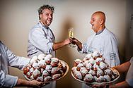 CAPELLE AAN DE IJSEL - Leon en aad Klootwijk van Bakker Klootwijk  winnaar ad oliebollen test 2017  . Het gezwoeg wierp zijn vruchten af. Twee jaar later bereikte Klootwijk de top 20, een jaar later stootte de oliebol naar nummer 2 in de lijst. Na een lichte terugval in 2014 en 2015, kwam Klootwijk vorig jaar terug in de top met een derde plaats. Inmiddels had collega Jan Verwijs (35) zich aangesloten bij de speurtocht naar de perfecte bol. Zij aan zij werkten Verwijs en Lodewijk zich vanaf de zomervakantie tot het begin van de Oliebollentest in november in het zweet op hun zoektocht naar de volmaakte Het resultaat: een jaar lang mag Bakkerij Klootwijk zich winnaar van de AD Oliebollentest 2017 noemen, met louter complimenten voor de smaak, geweldige vulling en fantastische krokante korst. De beste tien oliebollenbakkers zijn in totaal drie keer beoordeeld. ,,Onze doelstelling was nummer 1 worden'', vertelt bakker Jan Verwijs. Hij toont op zijn mobiele telefoon de WhatsAppgroep met de optimistische naam 'NR1 AD 2017'. Hij grijnst. ,,Die hebben we aangemaakt in januari van dit jaar.'' Het bleef spannend tot het einde, want de toppers scoorden allemaal hoge punten: de uitslagen lagen duizendsten van een punt van elkaar. oliebol. ROBIN UTRECHT