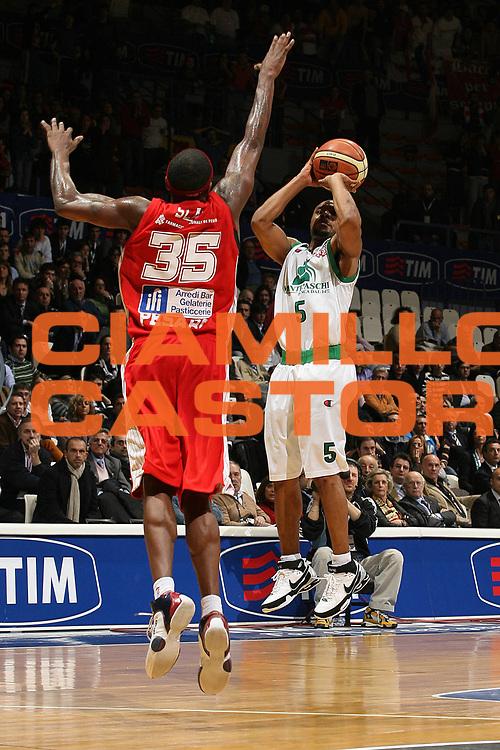 DESCRIZIONE : Bologna Final Eight 2008 Quarti di Finale Montepaschi Siena Scavolini Spar Pesaro<br /> GIOCATORE : Terrell McIntyre  <br /> SQUADRA : Montepaschi Siena<br /> EVENTO : Tim Cup Basket For Life Coppa Italia Final Eight 2008 <br /> GARA : Montepaschi Siena Scavolini Spar Pesaro<br /> DATA : 07/02/2008 <br /> CATEGORIA : Tiro <br /> SPORT : Pallacanestro <br /> AUTORE : Agenzia Ciamillo-Castoria/M.Marchi