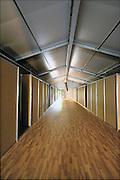 Nederland, Nijmegen, 23-9-2015Met hoge snelheid worden te tenten gebouwd voor de noodopvang van 3000 asielzoekers in natuurgebied Heumensoord. In de tenten zijn slaapvertrekken, units, slaapunits, waar steeds 8 mensen kunnen slapen en verblijven. 3000 Asielzoekers, vluchtelingen, worden hier tijdelijk gehuisvest in een tentenkamp tot uiterlijk 1 juni 2016. In 1998, werd er ook een noodkamp gevestigd. Destijds werd op Heumensoord onderdak geregeld voor een kleine 1.000 asielzoekers.Nijmegen, the Netherlands, 23-9-2015In Holland the growing number of refugees forces the government to house them temporary and improvised in unused or empty buildings and halls. Often these are rented from private owners or real-estate firms. In this case a tent camp is erected in a wooded area near the city of Nijmegen. The tents are also used during the famous four days marches on this location.FOTO: FLIP FRANSSEN/ HH