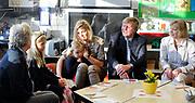 WASSENAAR - Prinses Ariane, met naast haar haar zusje prinses Alexia, zit maandag nog wat onwennig bij haar ouders tijdens de kennismaking met leerkrachten op haar eerste dag op de basisschool. De jongste dochter van prinses Maxima en prins Willem-Alexander werd door haar ouders en zusjes naar de Bloemcampschool in Wassenaar gebracht. De prinses komt in groep 1A. ANP ROYAL IMAGES LEX VAN LIESHOUT POOL