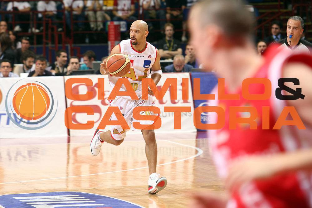 DESCRIZIONE : Milano Lega A1 2006-07 Playoff Quarti di Finale Gara 1 Armani Jeans Milano Whirlpool Varese<br /> GIOCATORE : Kiwane Garris<br /> SQUADRA : Armani Jeans Milano<br /> EVENTO : Campionato Lega A1 2006-2007 Playoff Quarti di Finale Gara 1<br /> GARA : Armani Jeans Milano Whirlpool Varese<br /> DATA : 16/05/2007 <br /> CATEGORIA : Palleggio<br /> SPORT : Pallacanestro <br /> AUTORE : Agenzia Ciamillo-Castoria/S.Ceretti