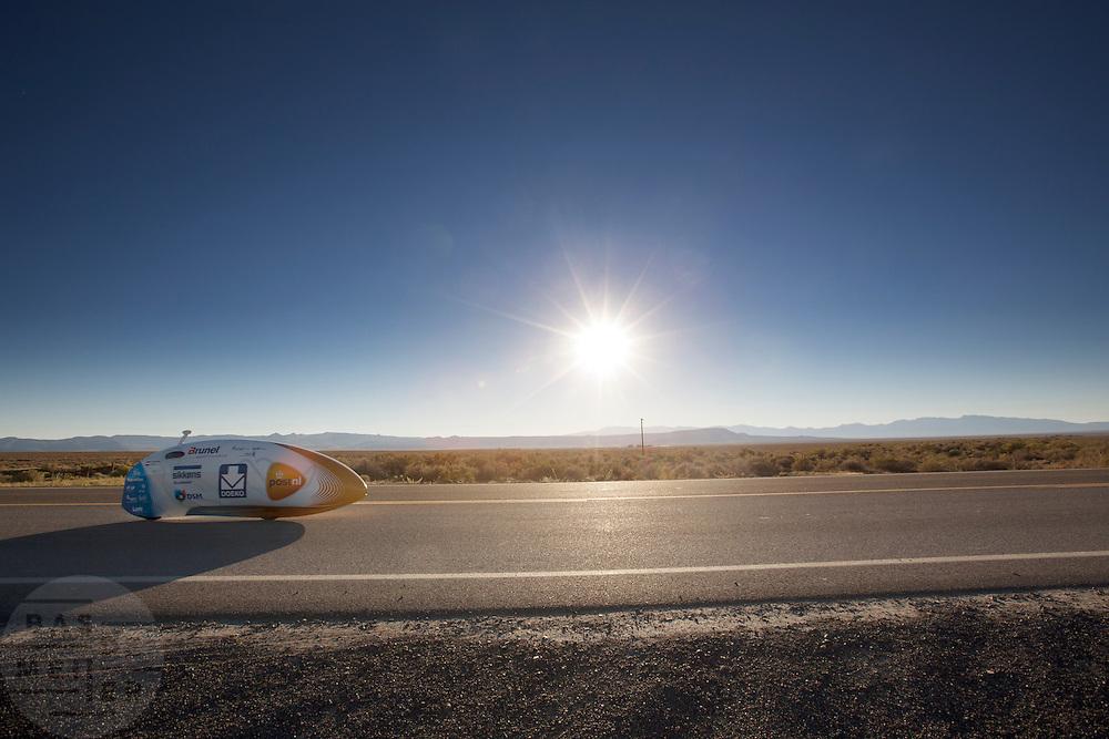 Het Human Power Team Delft en Amsterdam met de VeloX3 tijdens de eerste race van de WHPSC. In Battle Mountain (Nevada) wordt ieder jaar de World Human Powered Speed Challenge gehouden. Tijdens deze wedstrijd wordt geprobeerd zo hard mogelijk te fietsen op pure menskracht. Ze halen snelheden tot 133 km/h. De deelnemers bestaan zowel uit teams van universiteiten als uit hobbyisten. Met de gestroomlijnde fietsen willen ze laten zien wat mogelijk is met menskracht. De speciale ligfietsen kunnen gezien worden als de Formule 1 van het fietsen. De kennis die wordt opgedaan wordt ook gebruikt om duurzaam vervoer verder te ontwikkelen.<br /> <br /> The first race of the WHPSC. In Battle Mountain (Nevada) each year the World Human Powered Speed Challenge is held. During this race they try to ride on pure manpower as hard as possible. Speeds up to 133 km/h are reached. The participants consist of both teams from universities and from hobbyists. With the sleek bikes they want to show what is possible with human power. The special recumbent bicycles can be seen as the Formula 1 of the bicycle. The knowledge gained is also used to develop sustainable transport.