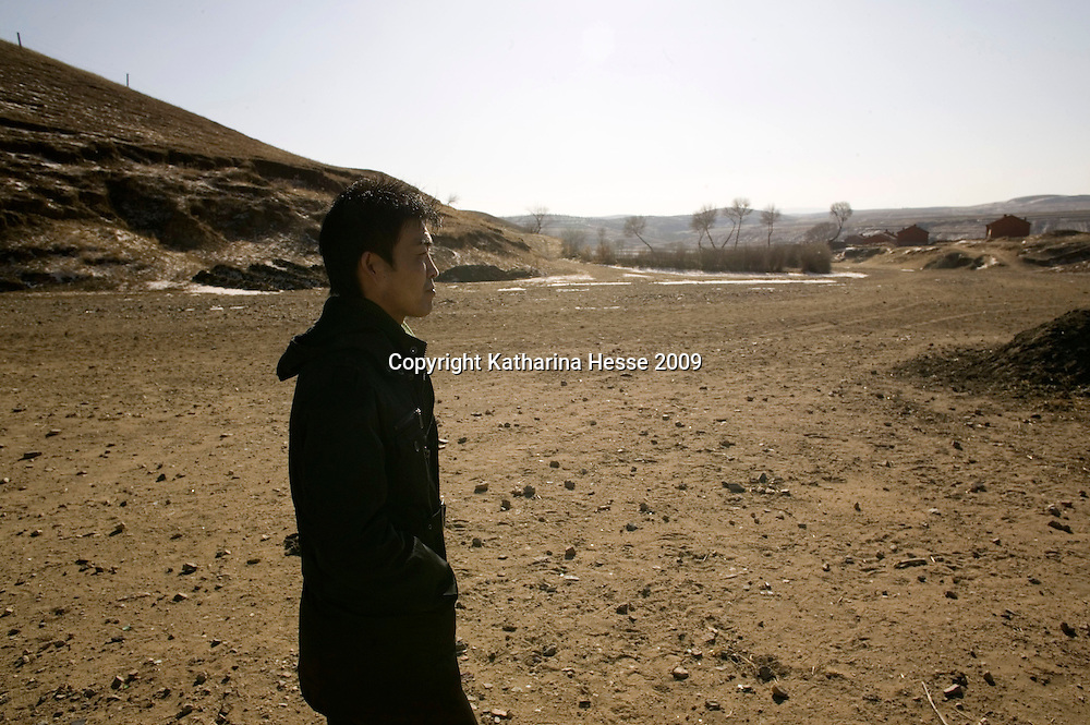 NORTHERN HEBEI PROVINCE, JANUARY 26, 2009:<br /> Mr Lu, a textile worker in Beijing, walks around his native village while on home leave.<br /> Lu went to Beijing 8 years ago as he couldn't find a job in China's countryside.<br /> He was employed in a textile factory that went banctrupt last October. Lu and his 63 colleagues were still owed payment for 4 months, but their boss refused to pay them. They didn't know the law, nor did any of them have a contract.  <br /> At the end of January, Lu and his co-workers went to see the bosses' mother to negociate, then the union and in the end the government. They were threatened with jail . At the end of the day , a man from the union came by ( on behalf of the government )and all but an underaged worker received their due salaries.<br /> Now Lu is unemployed like 20 milion other migrant workers in China who have been laid off as a result of the financial crisis.<br /> <br /> <br /> China's Communist Party  which will celebrate its 60th anniversary in October, currently faces its biggest challenge since the beginning of the economic reforms 30 years ago  : &quot; The phase of  rapid economic growth is over. For the first time the government is threatened with a  mistrust of a wide section of the population&quot;, warns the Communist party's Shang Dewen in Beijing.   <br /> Not only the China's poorest worry about the furture, but as well China's middle class is concerned about the crisis.     1,5 Millionen university graduates didn't find a job until the end of 2008  and this summer there'll be an additional  6,1 Million new graduates. More than 12 percent of university graduates face unemployment in 2009.