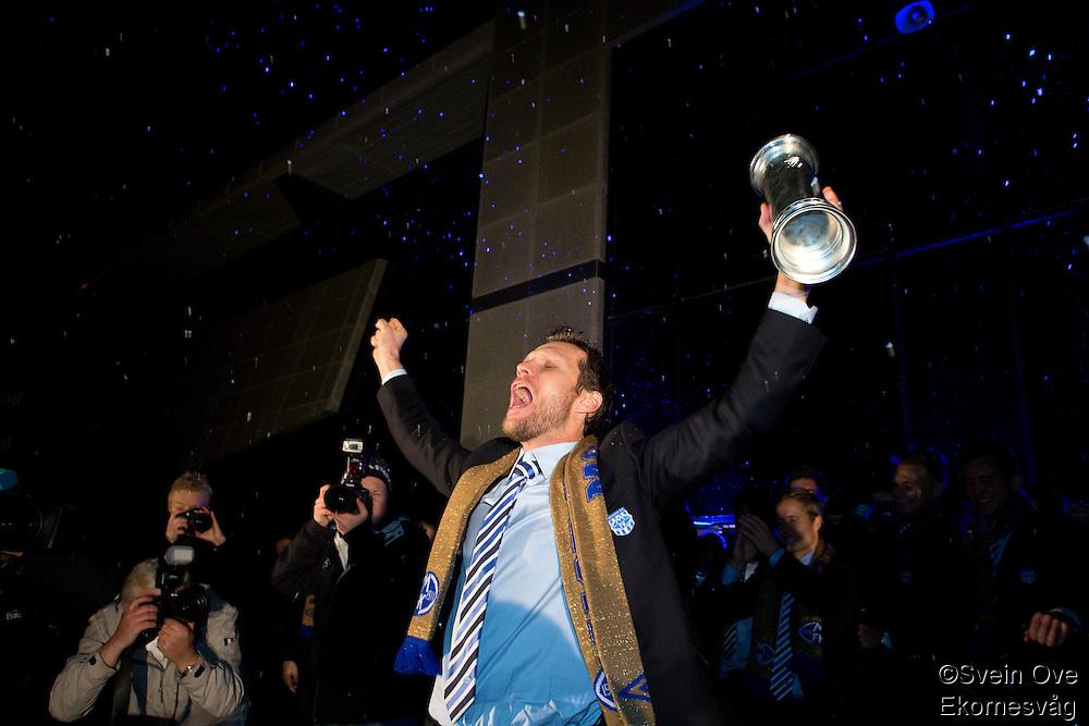 Moldes Daniel Berg Hestad løfter pokalen foran supporterne og feirer cupgullet hjemme i Molde etter å ha slått Rosenborg 4-2 i cupfinalen.<br /> Foto: Svein Ove Ekornesvåg