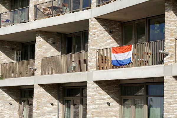 Nederland, Nijmegen, 25-9-2018Nederlandse, Hollandse vlag hangt aan het balkon van een appartementen, flats, flatgebouw. WO II, herdenken einde 2e werldoorlog, bevrijding, market garden. Foto: Flip Franssen