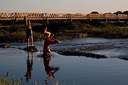 Pirapora_MG, Brasil...Criancas brincando no Rio Sao Francisco em Pirapora, e a Ponte Marechal Hermes ao fundo...The children playing in the Sao Francisco River in Pirapora with Marshal Hermes Bridge in the background...Foto: LEO DRUMOND / NITRO