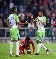 Fussball  1. Bundesliga  Saison 2017/2018  6. Spieltag  FC Bayern Muenchen - VfL Wolfsburg         22.09.2017 JUBEL VfL Wolfsburg; Ohis Felix Uduokhai (li) und Marcel Tisserand (re) freuen sich nach dem Abpfiff; Corentin Tolisso (unten, FC Bayern Muenchen) enttaeuscht
