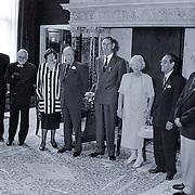 NLD/Amsterdam/19930625 - Uitreiking Zilveren Anjers door Pr. Bernhard in het Koninklijk Paleis Amsterdam, alle prijswinnaars same met prinses Juliana
