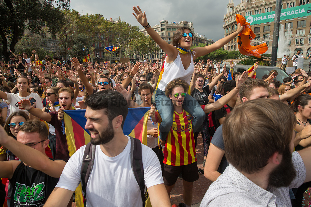Barcelona, Catalonia, Spain - 02.10.2017<br /> <br /> Student protest march for the Catalan independence and the acceptance of referendum results.  Impressions of the day after the Catalan independence referendum.<br /> <br /> Studentenprotest fuer die katalanische Unabhaengigkeit und die Anerkennung der Ergebnisse des Referendums. Eindruecke aus Barcelona am Tag nach dem katalanischen Unabhaengigkeitsreferendum.<br /> <br /> Photo: Bjoern Kietzmann