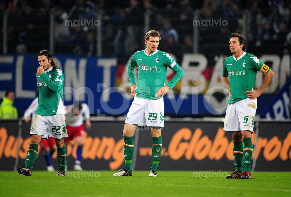 FUSSBALL   1. BUNDESLIGA   SAISON 2008/2009   14. SPIELTAG Hamburger SV - SV Werder Bremen         23.11.2008 Torsten FRINGS, Per MERTESACKER und Frank BAUMANN (v.l, alle Bremen) sind nach dem 0:1 enttaeuscht