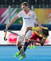 LONDEN -  Mirco Pruijser (l)   van Nederland  met  Gabriel Dabanch van Spanje tijdens het Europees Kampioenschap hockey in Londen. ANP KOEN SUYK
