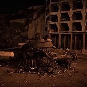 Un ancien char houti détruit sur les hauteurs d'Aden, entre Cratère (Shira) et Ma'ala, deux quartiers de la ville, le 13 juin 2017.