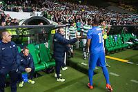 UEFA Europa League 2015: Celtic - Molde. Moldes trener Erling Moe (t.v.) tar Ola Williams Kamara i hånden før innbyttet i Europa League kampen mellom Celtic og Molde på Celtic Park.