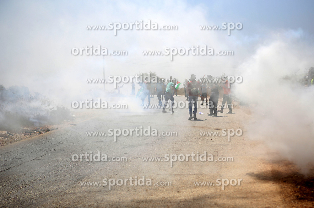 07.08.2015, Ramallah, PSE, Nahostkonflikt zwischen Israel und Pal&auml;stina, im Bild Ausschreitungen zwischen Israelischen Sicherheitskr&auml;fte und Pal&auml;stinensischen Autonomen // Palestinian protesters hurl stones at Israeli troops during clashes following a protest against Jewish settlements and the expropriation of Palestinian land, Palestine on 2015/08/07. EXPA Pictures &copy; 2015, PhotoCredit: EXPA/ APAimages/ Shadi Hatem<br /> <br /> *****ATTENTION - for AUT, GER, SUI, ITA, POL, CRO, SRB only*****