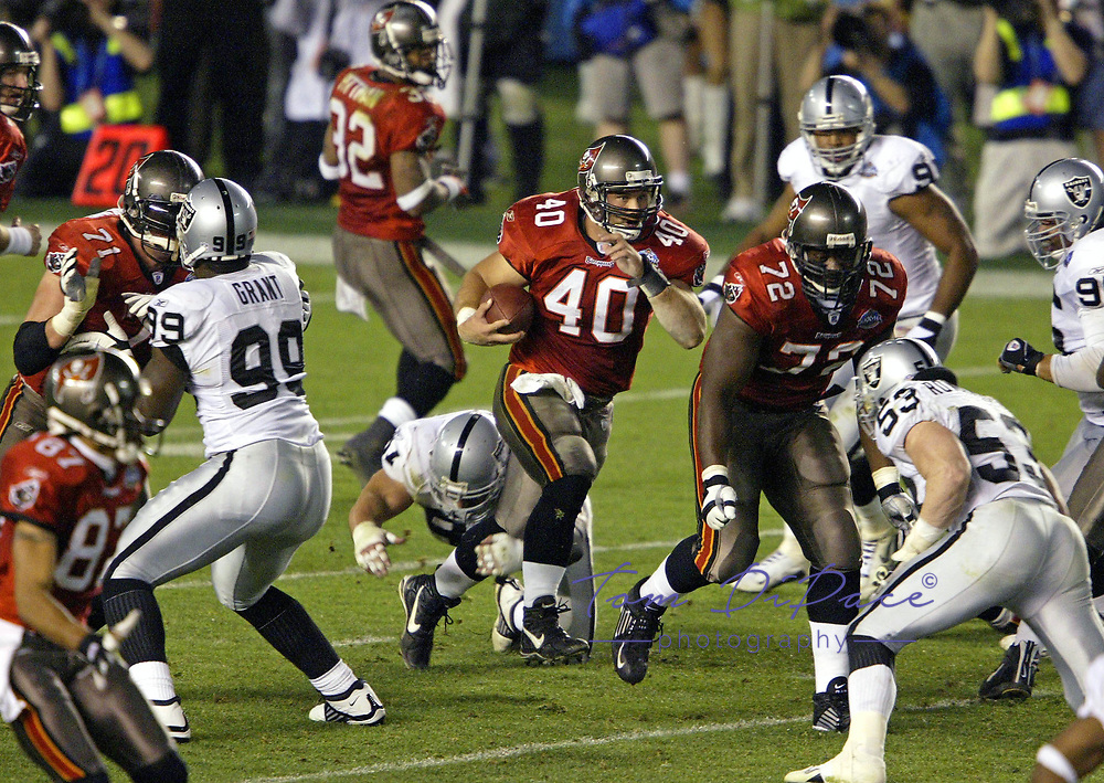 PHOTO BY TOM DIPACE&copy; ALL RIGHTS RESERVED<br /> 561-968-0600<br /> SUPERBOWLXXXVII 1\26\03 <br /> Tampa Bay Bucs Mike Alstott<br /> <br /> By Tom DiPace