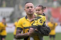 BREDA - NAC Breda - Roda JC , Rat Verlegh stadion , Voetbal , Finale play-offs , seizoen 2014/2105 , 31-05-2015 , NAC Breda speler Demy de Zeeuw komt het veld op samen met zijn dochtertje