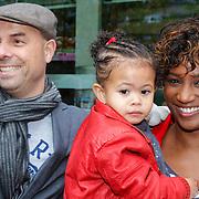 NLD/Amstelveen/20121021 - Inloop Premiere Elmo is Jarig, Tjeerd Oosterhuis met partner Edsilia Rombley en dochter Imaani