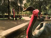 En av svanarna i Molins fontän i Kungsträdgården
