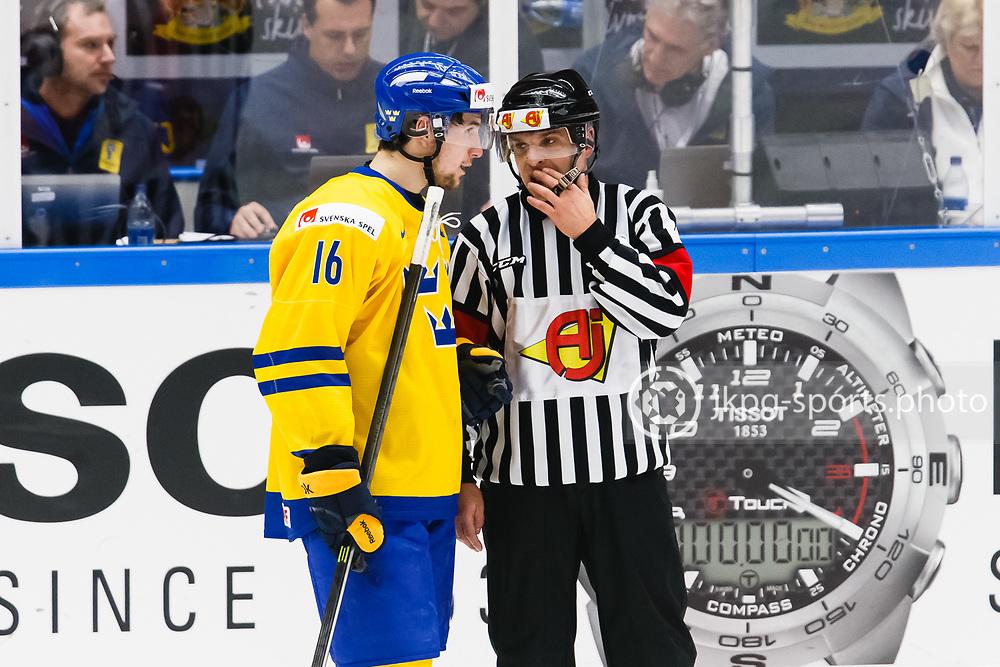 140104 Ishockey, JVM, Semifinal,  Sverige - Ryssland<br /> Icehockey, Junior World Cup, SF, Sweden - Russia.<br /> Filip Forsberg, (SWE) i samtal med domaren.<br /> Endast f&ouml;r redaktionellt bruk.<br /> Editorial use only.<br /> &copy; Daniel Malmberg/Jkpg sports photo