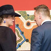 NLD/Utrecht/20161003 - Maxima en Willem-Alexander openen tentoonstelling ' Mapping Australia' , Koningin Maxima in gesprek