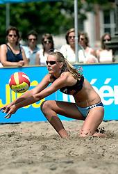 18-06-2006 VOLLEYBAL: CITY BEACH TOUR: GOUDA<br /> De finales van de City Beach! Tour stond dit weekend op de markt van Gouda / Laura Dijkema<br /> &copy;2006-WWW.FOTOHOOGENDOORN.NL