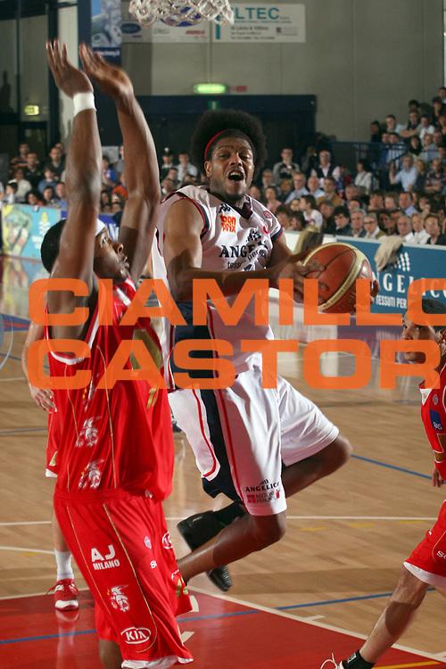 DESCRIZIONE : Biella Lega A1 2006-07 Angelico Biella Bipop Armani Jeans Milano<br /> GIOCATORE : Daniels<br /> SQUADRA : Angelico Biella<br /> EVENTO : Campionato Lega A1 2006-2007<br /> GARA : Angelico Biella Armani Jeans Milano<br /> DATA : 18/03/2007<br /> CATEGORIA : Tiro<br /> SPORT : Pallacanestro<br /> AUTORE : Agenzia Ciamillo-Castoria/S.Ceretti<br /> Galleria : Lega Basket A1 2006-2007<br /> Fotonotizia : Biella Campionato Italiano Lega A1 2006-2007 Angelico Biella  <br /> Armani Jeans Milano<br /> Predefinita :