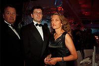 12 NOV 1999, BERLIN/GERMANY:<br /> Antje Radcke, B90/Grüne Sprecherin des Bundesvorstandes, und Lebensgefährte Carsten Kuhlmann (mitte) auf dem Bundespresseball 1999, Hotel Intercontinental - linke Person unbekannt<br /> Antje Radcke, Chairwoman of the Green Party, and her friend, Carsten Kuhlmann (middle), at the Bundespresseball 1999 - left person unknown<br /> IMAGE: 19991112-01/01-26<br /> KEYWORDS: ball, Frau, Freizeit, Gesellschaft, society
