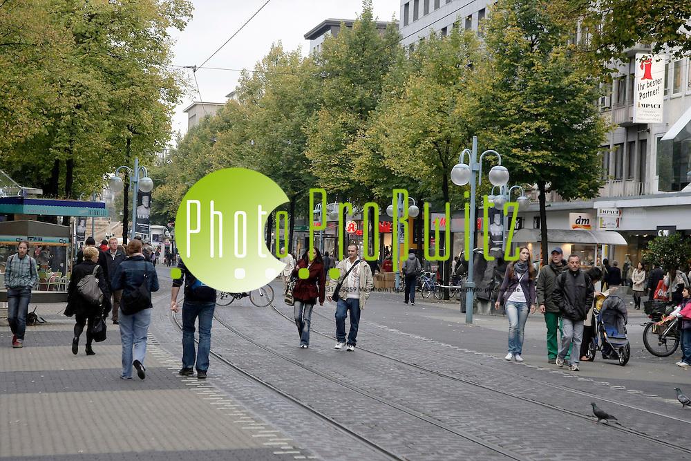 Mannheim. Planken. Innenstadt. Einkaufen. Shopping in der Fuflg&permil;ngerzone.<br /> <br /> Bild: Markus Proflwitz / masterpress /   *** Local Caption *** masterpress Mannheim - Pressefotoagentur<br /> Markus Proflwitz<br /> Hauptstrafle 131<br /> 68259 MANNHEIM<br /> +49 621 33 93 93 60<br /> info@masterpress.org<br /> Dresdner Bank<br /> BLZ 67080050 / KTO 0650687000<br /> DE221362249