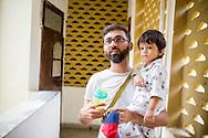 Pappa Ashish Pathak och sonen Ishan Pathak. Bombay, Indien