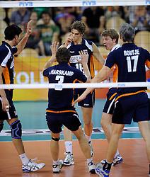 08-07-2010 VOLLEYBAL: WLV NEDERLAND - ZUID KOREA: EINDHOVEN<br /> Nederland verslaat Zuid Korea met 3-0 / Dick Kooy en Jelte Maan<br /> ©2010-WWW.FOTOHOOGENDOORN.NL