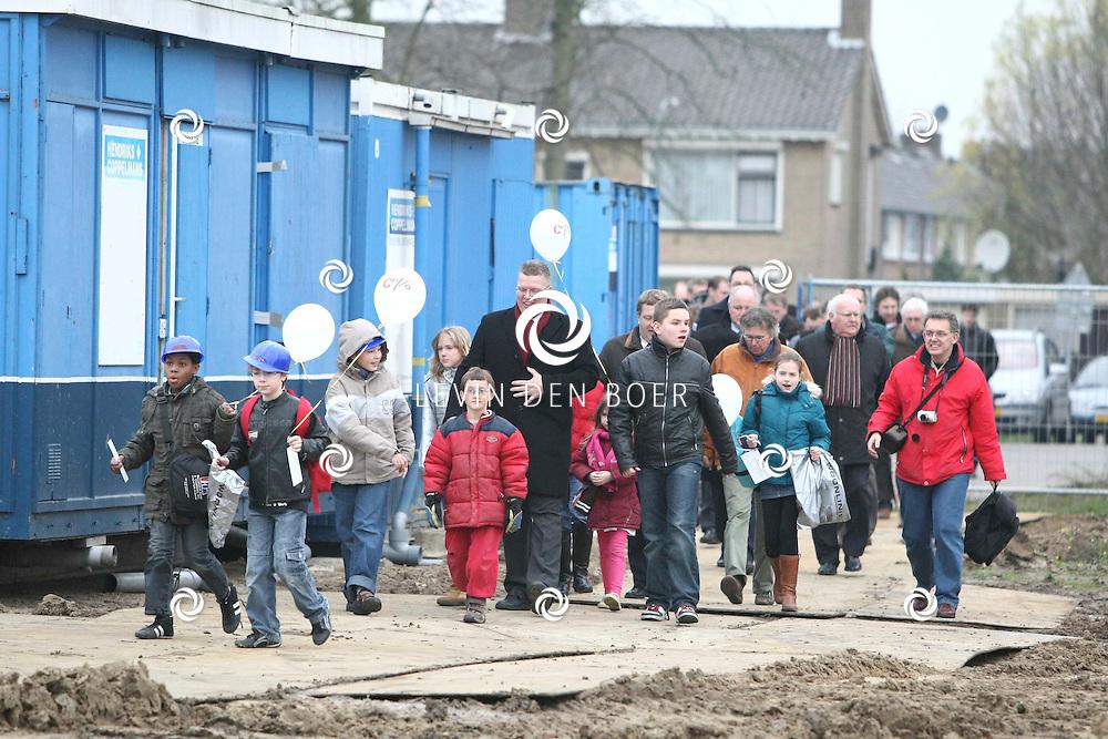 ZALTBOMMEL - De officiele start bouw brede school De Waluwe aan de Prins Bernhardstraat. Wethouders Guus Krahe en Wilfried Romp samen met de kinderen opende de start van de bouw. FOTO LEVIN DEN BOER / PERSFOTO.NU
