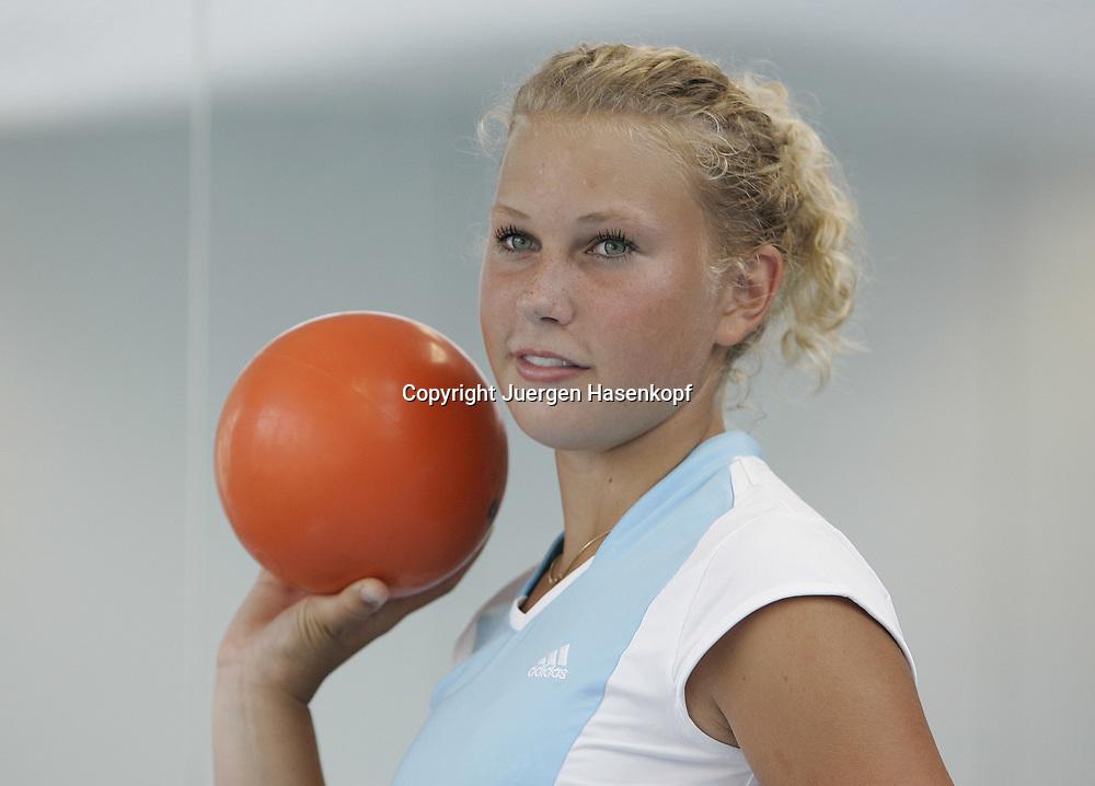 MLP Tennis Base in Oberhaching bei Muenchen, Leistungszentrum vom Bayerischen Tennisverband, BTV,<br /> Nachwuchs, Juniorin, Spielerin  Nina Killi (GER), Training mit Medizinball, 08.07.2006.