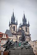 Das Jan Hus Denkmal auf dem Altstädter Rathaus mit den Türmen der Teyn Kirche im Hintergrund.