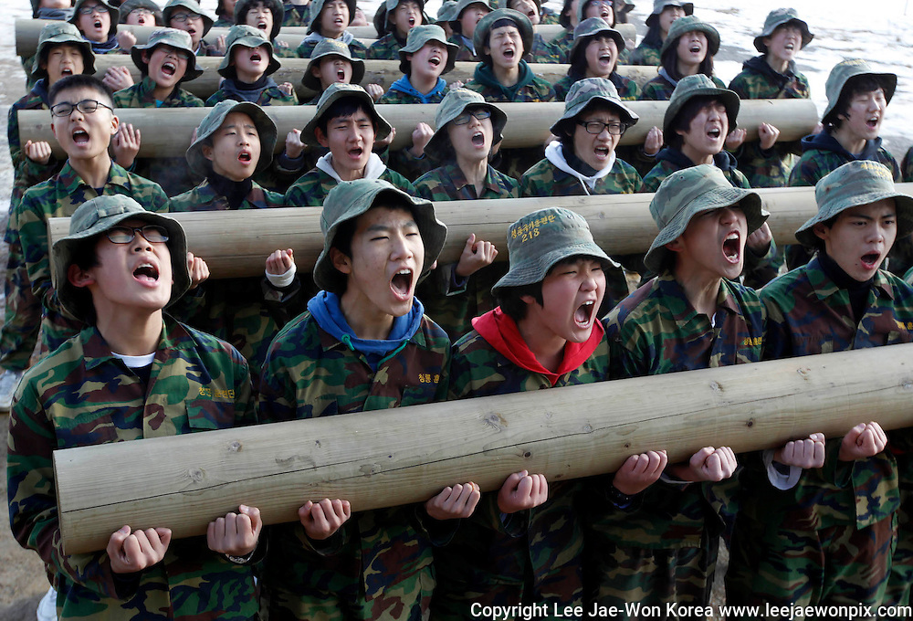Students attend a winter military camp in Ansan, south of Seoul January 6, 2011. Hundreds of students have been attending boot camp training courses ranging from 4 days to 14 days at a camp run by retired marines. /Lee Jae-Won