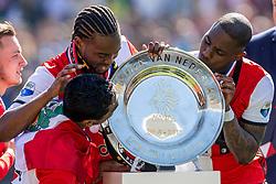 14-05-2017 NED: Kampioenswedstrijd Feyenoord - Heracles Almelo, Rotterdam<br /> In een uitverkochte Kuip pakt Feyenoord met een 3-1 overwinning het landskampioenschap / /De schaal, Eljero Elia #11, Miquel Nelom #18