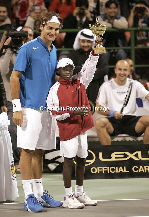 Qatar, Doha, ATP Tennis Turnier Qatar Open 2005, Finale, Roger Federer (SUI)  mit einheimischen Junioren Spieler der einen Pokal haelt, Praesentation,  08.01.2005,<br /> Foto: Juergen Hasenkopf