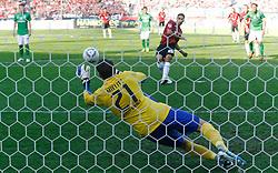 02.10.2011, AWD-Arena, Hannover, GER, 1.FBL, Hannover 96 vs Werder Bremen, im Bild Mohamed Abdellaoue (Hannover #25) trifft den Elfmeter gegen Torwart  Sebastian Mielitz (Bremen #21) .// during the match from GER, 1.FBL, Hannover 96 vs Werder Bremend on 2011/10/02, AWD-Arena, Hannover, Germany. .EXPA Pictures © 2011, PhotoCredit: EXPA/ nph/  Schrader       ****** out of GER / CRO  / BEL ******