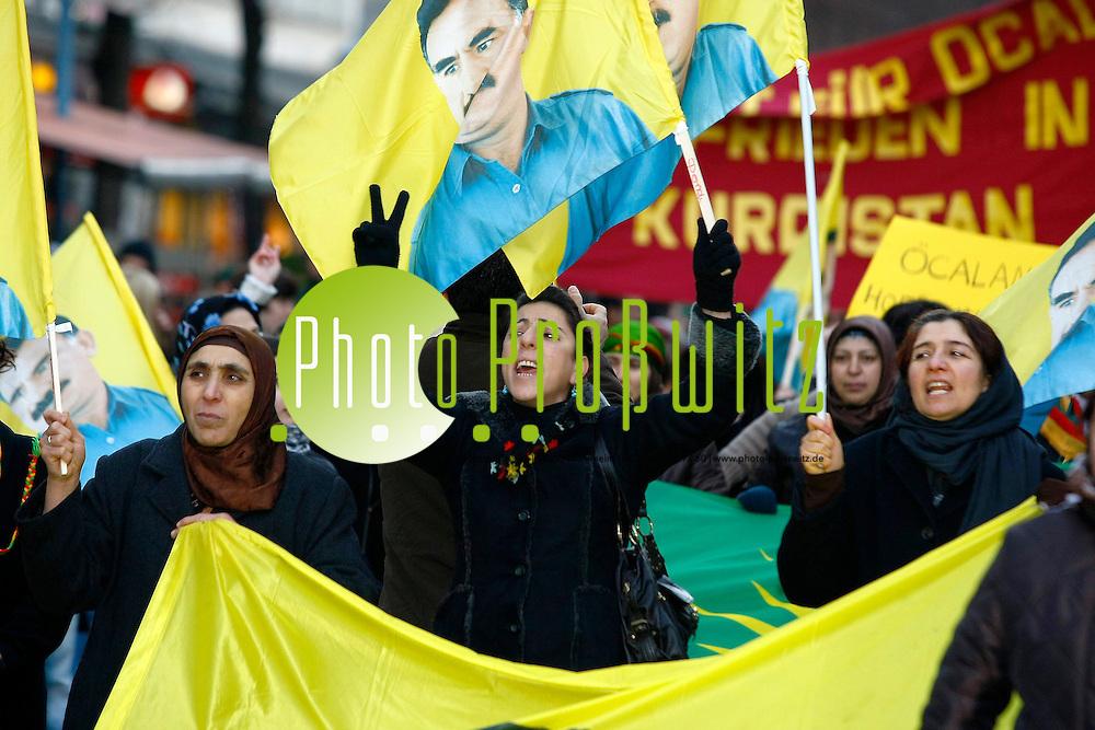 Mannheim. Innenstadt. Planken. Demonstrationszug von Kurden. &quot;Das t&cedil;rkische Verfassungsgericht hat die gr&circ;flte Kurden-Partei DTP wegen Unterst&cedil;tzung von Terrorismus und politischer Gewalt verboten&quot;. Vor diesem Hintergrund treten Kurden zur Demonstration an und fordern gleichzeitig bessere Haftbedingungen f&cedil;r den PKK-F&cedil;hrer Abdullah &divide;czalan.<br /> <br /> <br /> Bild: Markus Proflwitz / masterpress /  <br /> <br /> ++++ Archivbilder und weitere Motive finden Sie auch in unserem OnlineArchiv. www.masterpress.org oder &cedil;ber das Metropolregion Rhein-Neckar Bildportal   ++++ *** Local Caption *** masterpress Mannheim - Pressefotoagentur<br /> Markus Proflwitz<br /> C8, 12-13<br /> 68159 MANNHEIM<br /> +49 621 33 93 93 60<br /> info@masterpress.org<br /> Dresdner Bank<br /> BLZ 67080050 / KTO 0650687000<br /> DE221362249