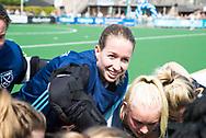 LAREN -  Hockey - Hoofdklasse dames Laren-Oranje Rood (0-4). Oranje Rood plaatst zich voor Play Offs.  keeper Joyce Sombroek (Laren) , die haar laatste wedstrijd speelde, voor de wedstrijd.    COPYRIGHT KOEN SUYK