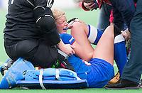 BLOEMENDAAL - Suzanne Meijering, aanvoerder van HC Zwolle , raakt geblesseerd tijdens de overgangsklasse competitiewedstrijd hockey tussen de vrouwen van Bloemendaal en Zwolle (2-0). COPYRIGHT KOEN SUYK