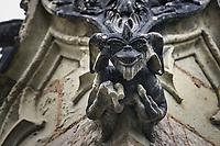 Un Gremlin<br /> La chapelle de Bethl&eacute;em est une chapelle vou&eacute;e au culte catholique romain, situ&eacute;e &agrave; St Jean de Boiseau, en Loire-Atlantique.<br /> Le monument est construit au XVe&nbsp;si&egrave;cle, mais c&lsquo;est sa r&eacute;novation en 1995 qui le fait passer &agrave; la post&eacute;rit&eacute;.  Restaur&eacute;e par le sculpteur Jean-Louis Boistel,qui reprend  les codes de la&nbsp;mythologie, du&nbsp;christianisme et de l'&eacute;poque contemporaine, la chapelle se pare de sculptures pour le moins surprenantes :  gremlins, aliens et m&ecirc;me Goldorak.<br /> L&rsquo;origine sacr&eacute;e du lieu vient de la pr&eacute;sence d&lsquo;une source, aupr&egrave;s de laquelle, initialement, le&nbsp;druidisme&nbsp;cr&eacute;e une c&eacute;r&eacute;monie &agrave;&nbsp;Beltane, afin de c&eacute;l&eacute;brer la f&eacute;condit&eacute;. <br /> Les chim&egrave;res sont les suivantes&nbsp;:<br /> - pinacle&nbsp;nord-ouest, dit de l&lsquo;&acirc;me &laquo;&nbsp;l&lsquo;Homme&nbsp;&raquo;:<br /> &bull;un&nbsp;sanglier&nbsp;(traque du spirituel)<br /> &bull;un&nbsp;centaure&nbsp;(conflits entre instinct et raison)<br /> &bull;Sainte Anne&nbsp;a l&lsquo;ancre (fermet&eacute;, solidit&eacute;, tranquillit&eacute;, fid&eacute;lit&eacute;)<br /> &bull;Adam&nbsp;<br /> - l&rsquo;archivolte, pr&eacute;sentant l&rsquo;arbre de vie<br /> - pinacle&nbsp;ouest, dit de l&lsquo;&acirc;me &laquo;&nbsp;la Femme&nbsp;&raquo;:<br /> &bull;&Egrave;ve<br /> &bull;une&nbsp;triade&nbsp;(Alma,&nbsp;Dahud&nbsp;et&nbsp;Malgwen)<br /> &bull;une&nbsp;sir&egrave;ne&nbsp;(luxure)<br /> &bull;un&nbsp;serpent&nbsp;(le fantasme et le myst&egrave;re)&nbsp;<br /> - pinacle&nbsp;sud-ouest, dit de l&lsquo;inconscient<br /> &bull;Goldorak&nbsp;(droiture, chevalier des temps modernes)<br /> &bull;un&nbsp;Gremlin&nbsp;(mauvais monstre de l&lsquo;homme)<br /> &bull;Gizmo&nbsp;(bon monstre qu&lsquo;est l&lsquo;homme)<br /> &bull;l&lsquo;ironie&nbsp;(arrogance de l&lsquo;homme)&nbsp;<br