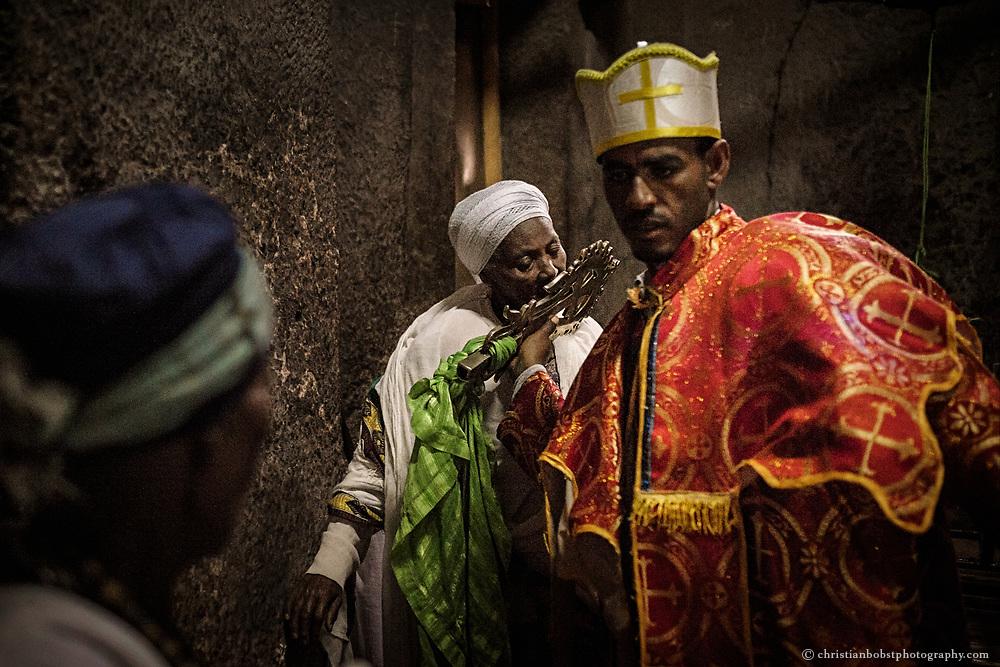 Die Segnungen dauern in der Regel 2-3 Sekunden, während denen der Priester die Pilger mit dem Kreuz berührt.