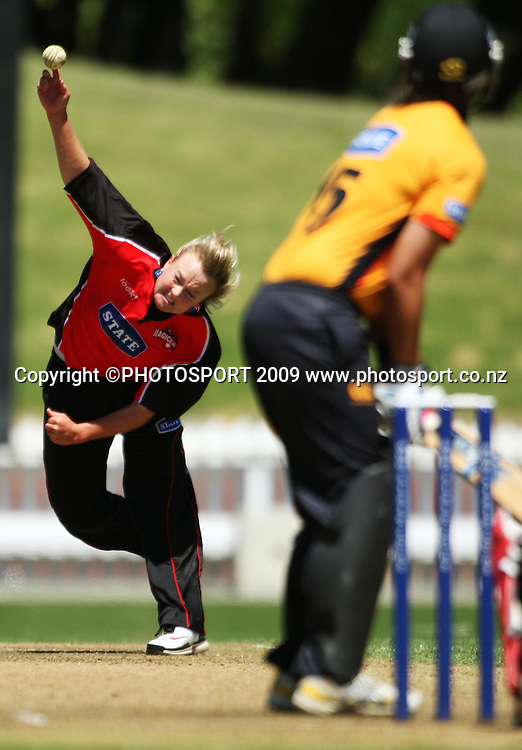 Beth McNeill bowls to Kerry-Anne Tomlinson.<br /> State League final. Wellington Blaze v Canterbury Magicians at Allied Prime Basin Reserve, Wellington. Saturday, 24 January 2009. Photo: Dave Lintott/PHOTOSPORT