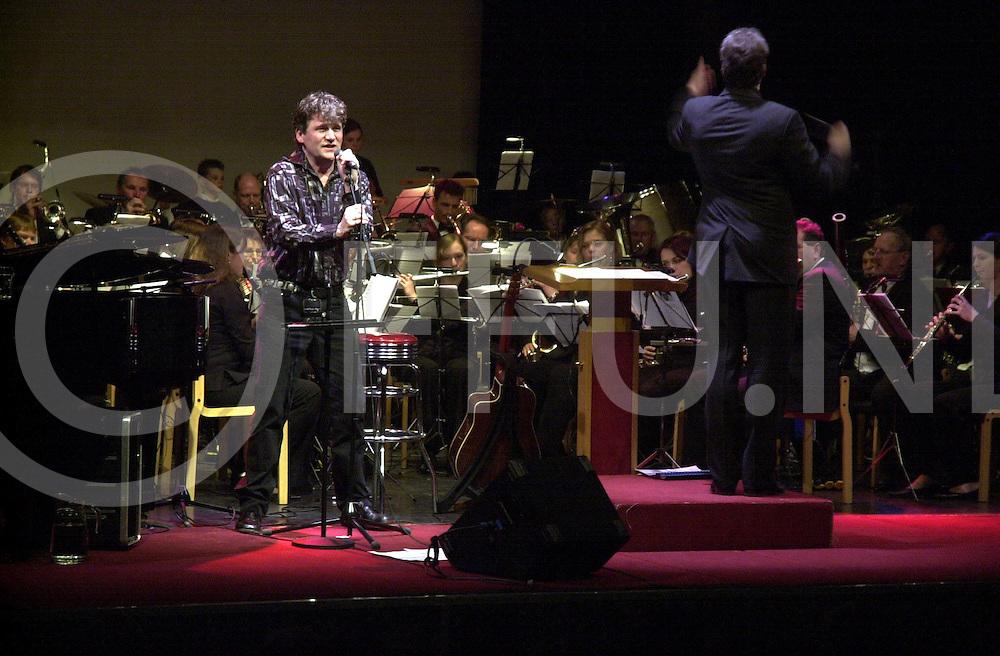 RIJSSEN<br /> Zanger en componist Ge Reinders met het Wilhelmina Orkest Rijssen tijdens zijn show in het Parkgebouw,<br /> <br /> Editie: NY<br /> <br /> fotografie frank uijlenbroek&copy;2006 michiel van de velde<br /> TT20060218